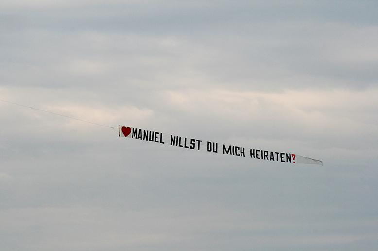 Ausgefallener Heiratsantrag: Buchstaben-Banner zum Verlieben!