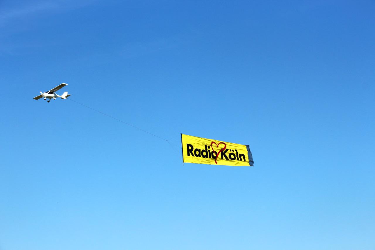Das Plakat-Banner – Gut sichtbares Flugzeugbanner für die Luftwerbung