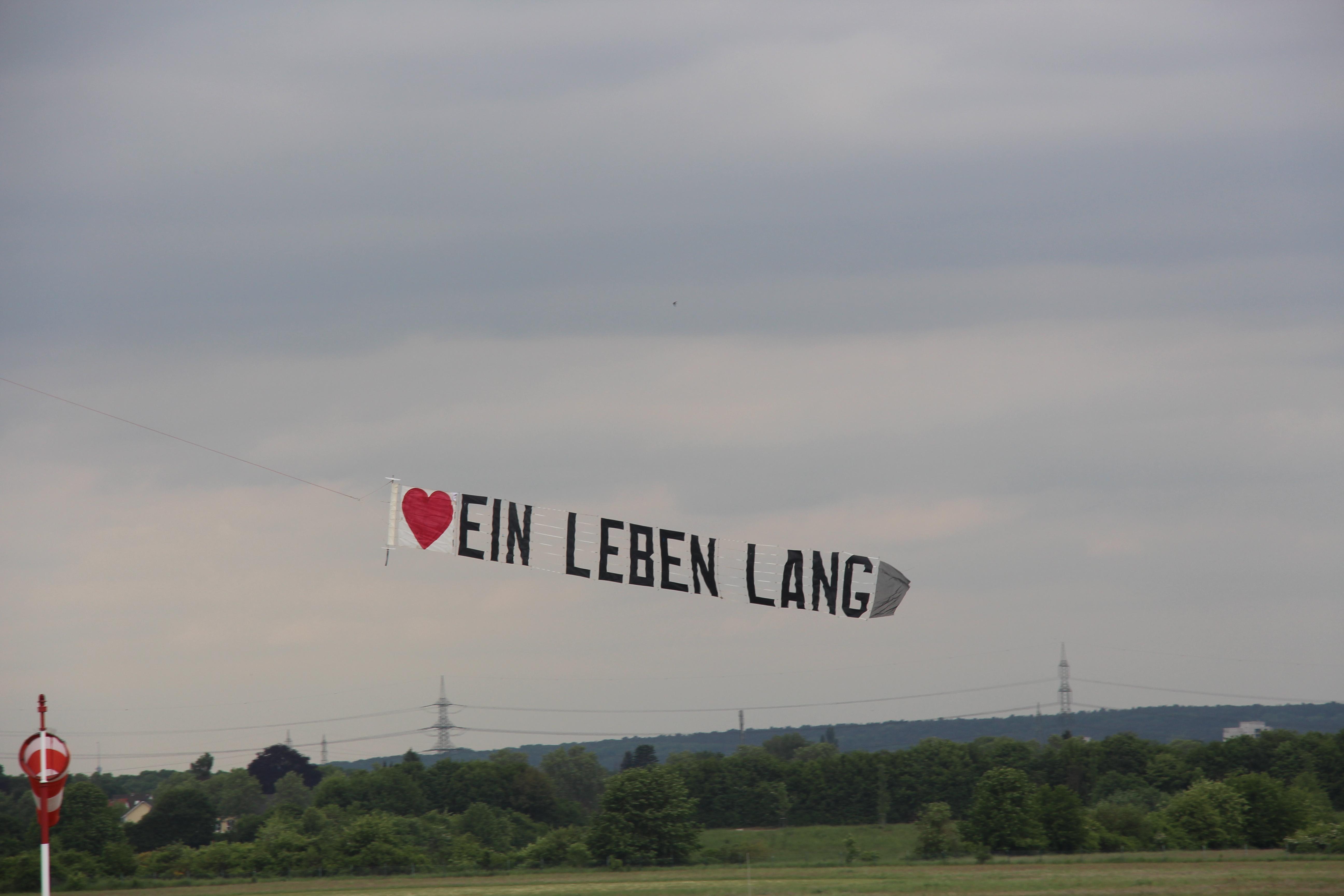 Buchstabenbanner – ideal für ausgefallene Heiratsanträge, Glückwünsche oder Werbebotschaften in der Luftwerbung